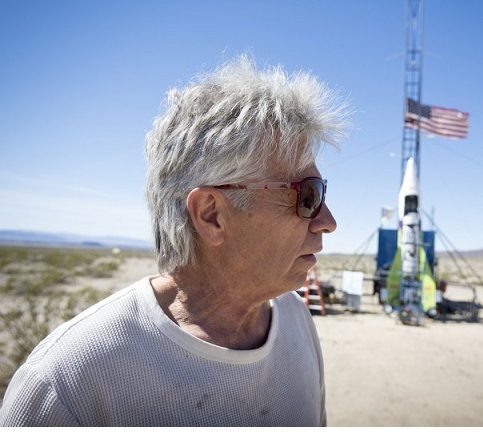 गोल नहीं है पृथ्वी: साबित करने के लिए बुजर्ग ने अपने गैराज में बनाई रॉकेट और आसमान में भरी उड़ान